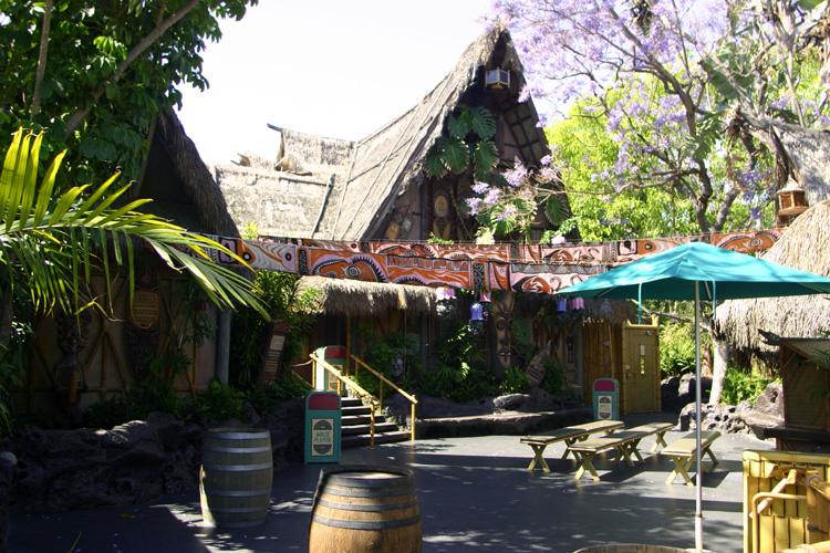 Adventureland - Enchanted Tiki Room 01