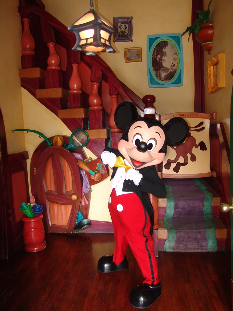 Visiting Minnies House and Mickeys House in