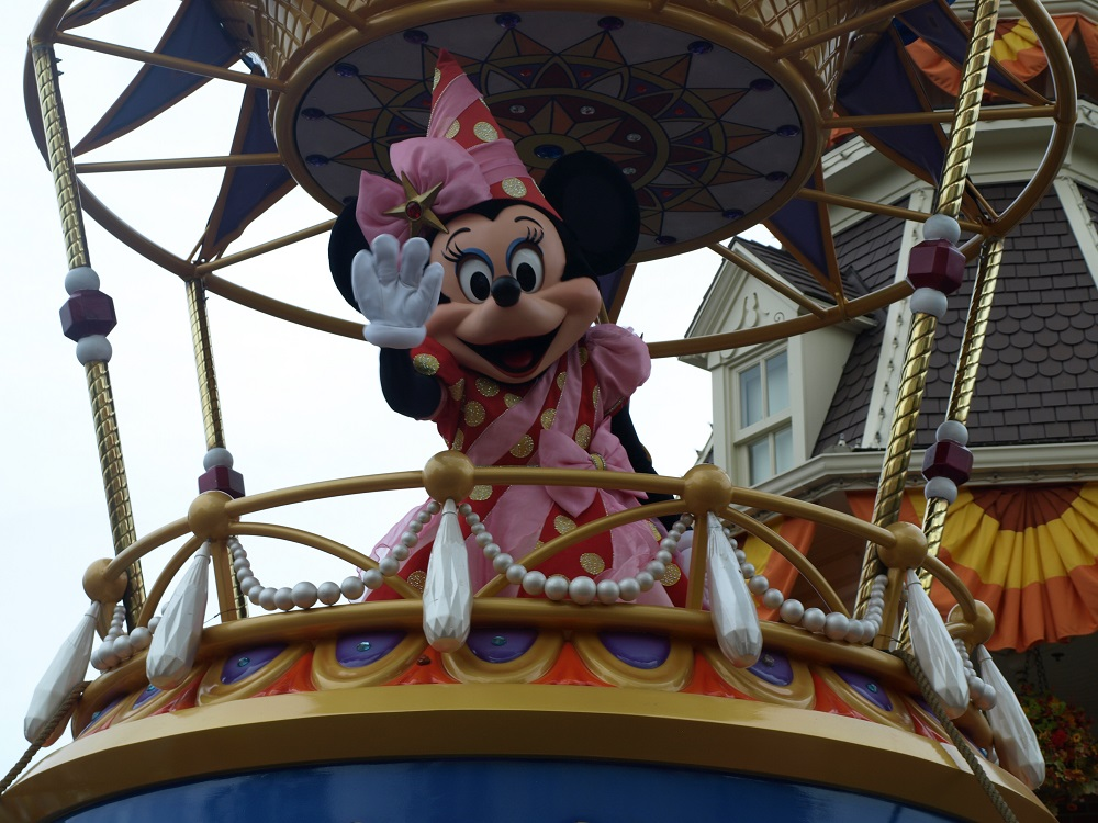 Minnie Mouse says hello - Festival of Fantasy Parade