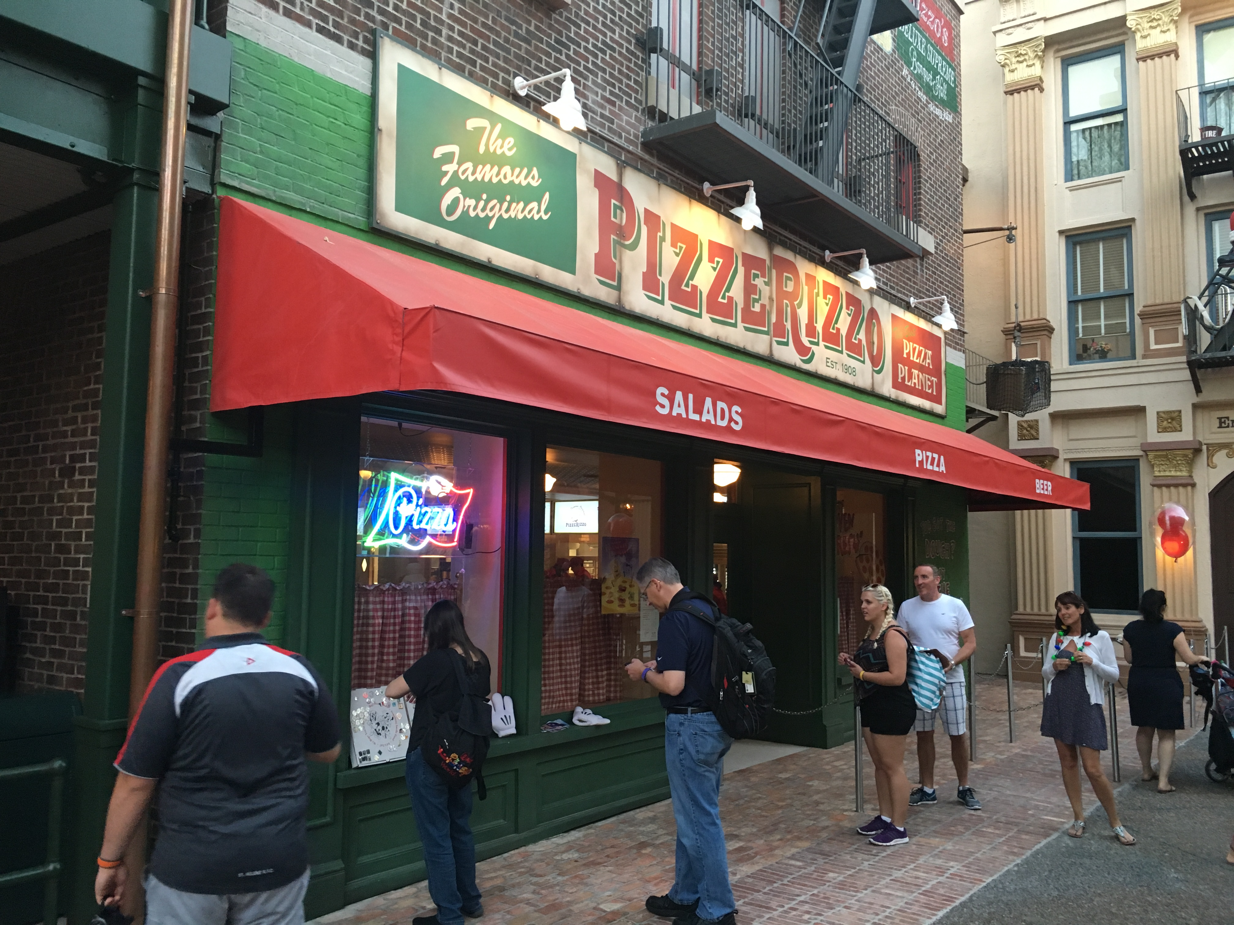 Photos Pizzerizzo Restaurant At Disneys Hollywood Studios