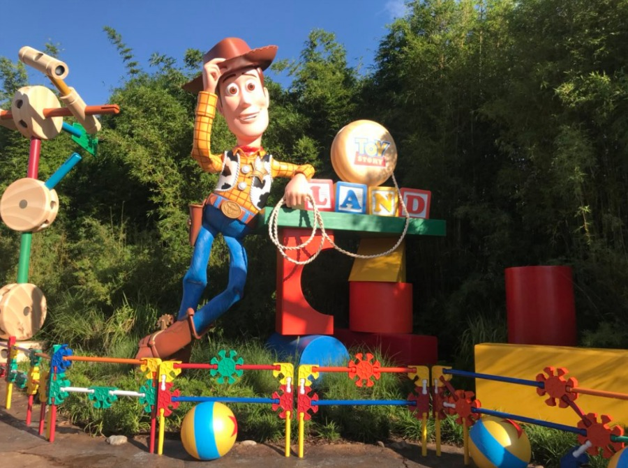 toy-story-land-finished-entrance-woody