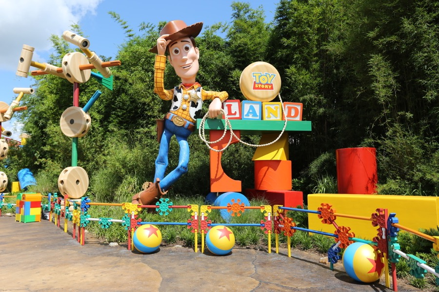 Toy Story Holidays : Toy story land will receive a holiday overlay