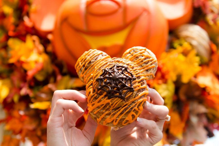 MNSSHP18-pumpkin-cinnamon-roll