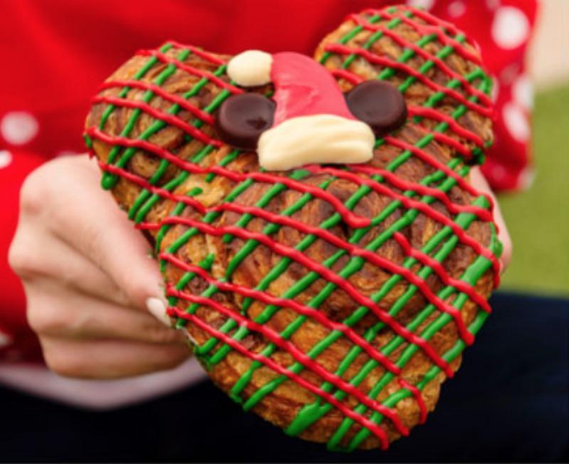 mvmcp-santa-mickey-cinnamon-roll