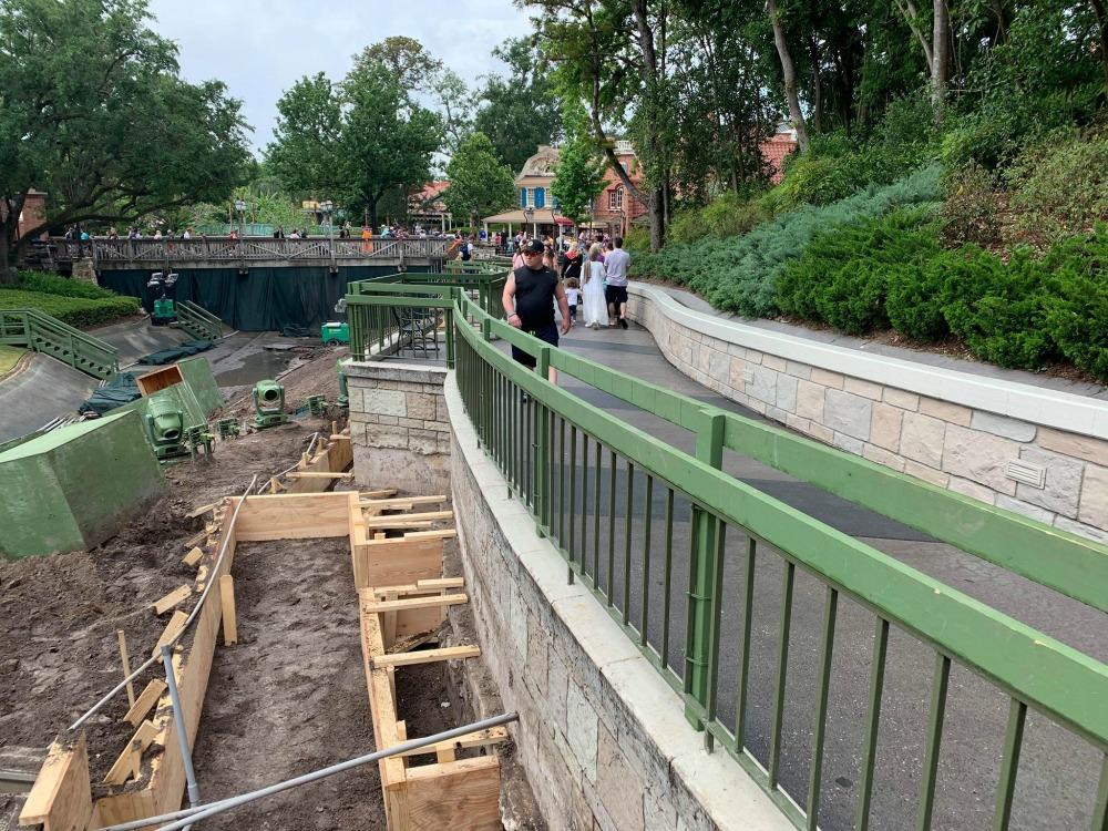 magic-kingdom-walkway-widening-construction9