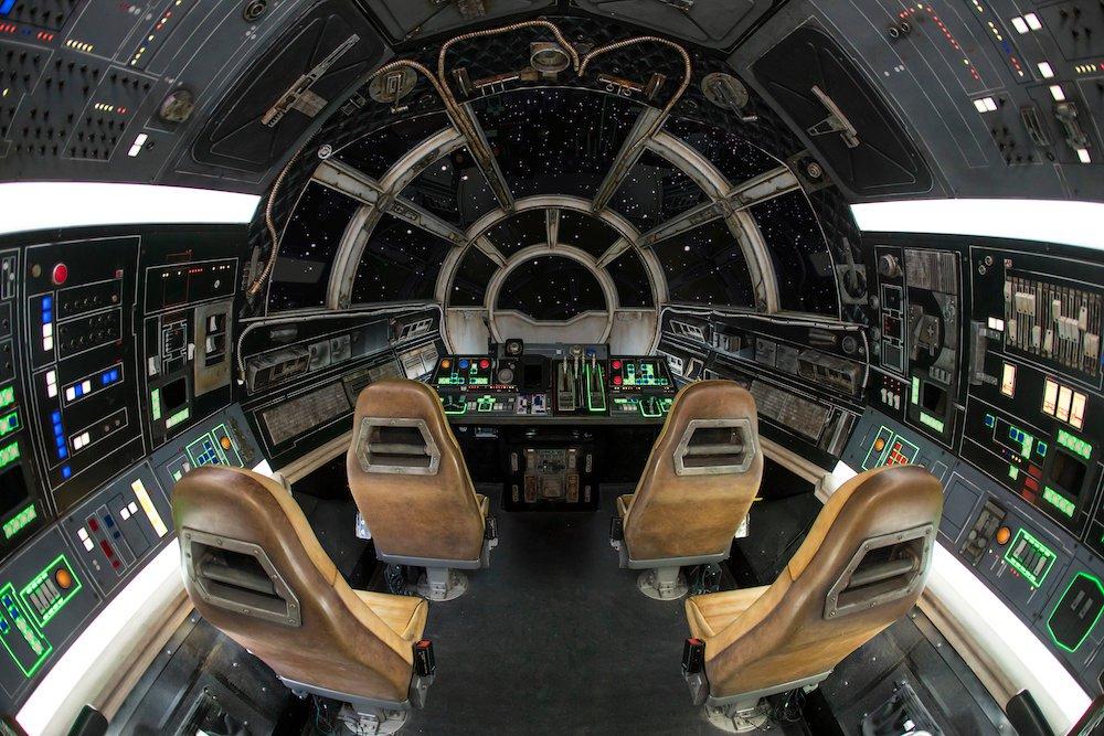 """SWGE_Millennium_Falcon_8_2018_WDI.0153 """"width ="""" 1000 """"height ="""" 667 """"/> <br /> <em> Star Wars </em>: Galaxy's Edge a ouvert ses portes à des critiques dithyrambiques et beaucoup affirmaient qu'il était à la hauteur du battage publicitaire. Rise of the Resistance n'a pas encore de date d'ouverture, mais Disney continue de le dire plus tard cette année. Les rumeurs suggèrent août ou plus tard. Restez à l'écoute car nous espérons en apprendre davantage à ce sujet. MiceChat rapporte une rumeur selon laquelle les détenteurs d'un laissez-passer annuel Disneyland pourraient être les premiers à consulter Rise of the Resistance quand il sera prêt à passer à l'action. <br /> Pour en savoir plus sur tout cela et plus encore, visitez le site <a href="""