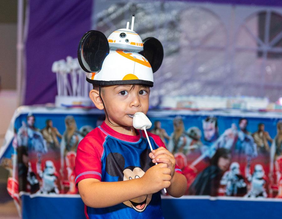 """WishSWGE-02 """"width ="""" 900 """"height ="""" 700 """"/> <br /> Les familles rejoignent les clubs garçons et filles de la Floride centrale et autres Les organisations communautaires qui obtiennent un aperçu du nouveau terrain, qui ouvrira ses portes au public le 29 août. <br /> Tajiana Ancora-Brown, directrice des affaires extérieures de Walt Disney World Resort, a déclaré à propos de l'avant-première: <br /> Un moment de magie peut faire toute la différence pour les enfants de rêve et leurs familles. Nous sommes honorés d'aider ces familles à créer de précieux souvenirs, notamment dans un pays comme <em> Star Wars </em>: Galaxy's Edge, où elles peuvent devenir les héros de leurs propres histoires <em> Star Wars </em>. <br /> <img class="""