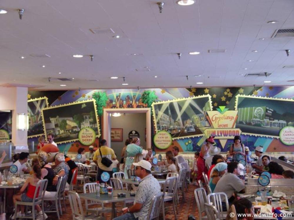 """Hollywood-and-Vine_03 """"width ="""" 1000 """"height ="""" 749 """"/> <br /> <strong> L'emplacement et le thème </strong> <br /> Hollywood et Vine est situé près du lac Echo immédiatement après avoir quitté Hollywood Boulevard et partage un bâtiment (et une salle de bains) avec un autre restaurant proposant un service aux tables, le <a href="""