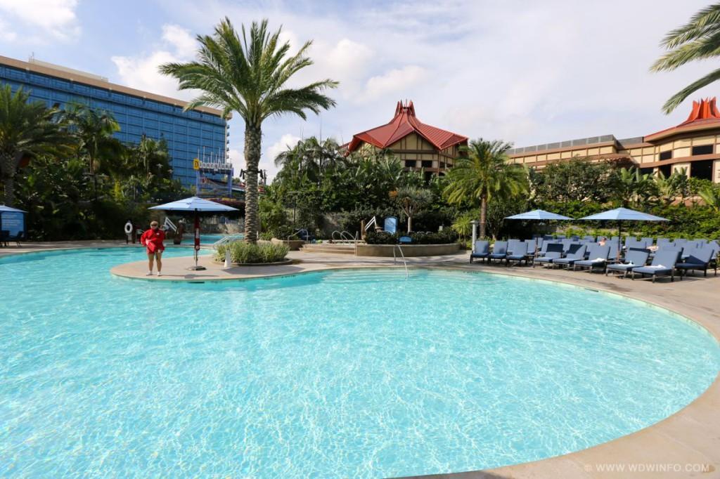 Disneyland-Hotel-Pool-21