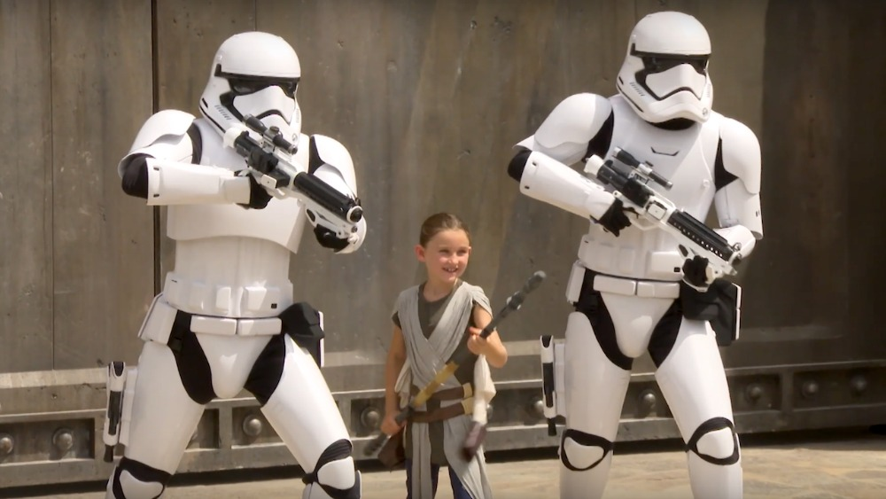 girl-stormtroopers-galaxys-edge